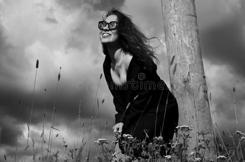 Download Fasonuje Dziewczyny W Czarnej żakiet Pozyci W Trawie Blisko Drewnianego Słupa Zdjęcie Stock - Obraz złożonej z blisko, słup: 57652520