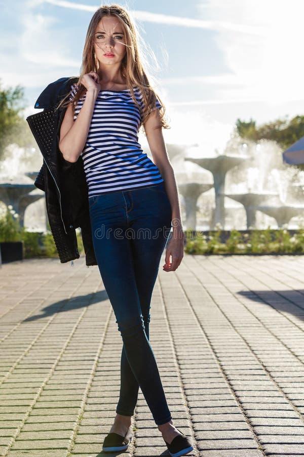 Fasonuje dziewczyny w pełnej długości przeciw miasto fontannie obrazy stock