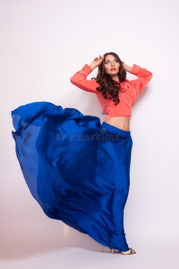 Fasonuje fotografię młoda wspaniała kobieta w błękit sukni Pracowniana fotografia obraz stock