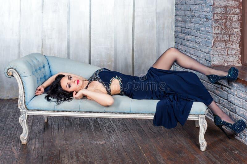 Fasonuje fotografię piękna dama w eleganckiej wieczór sukni z jaskrawym makeup z czerwonymi wargami i hairstyling w minimaliście zdjęcie stock