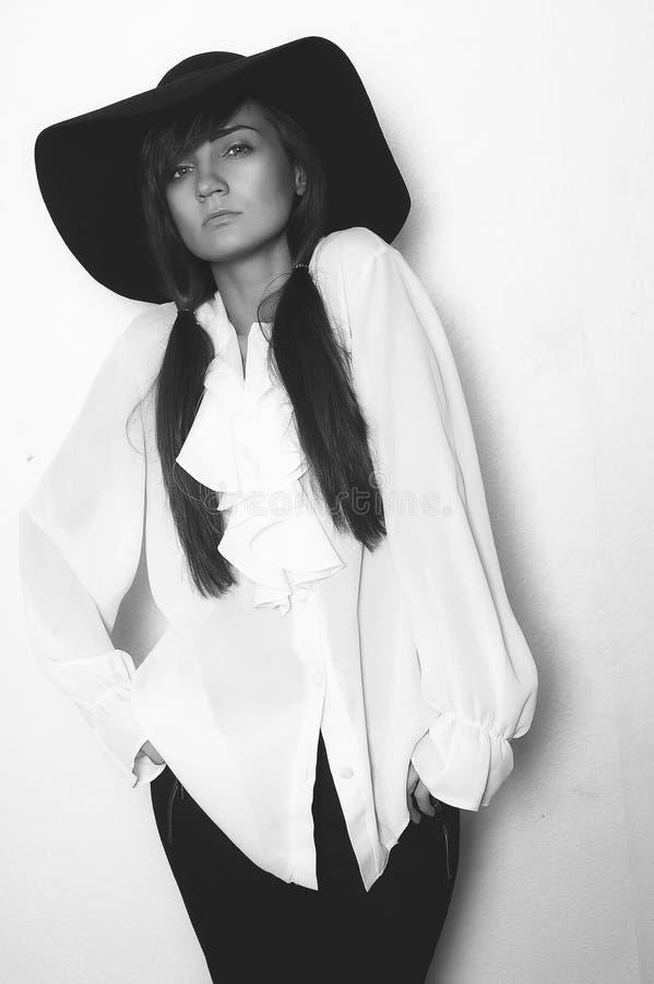 Fasonuje fotografię piękna dama w eleganckim czarnym kapeluszu i białym s obrazy royalty free