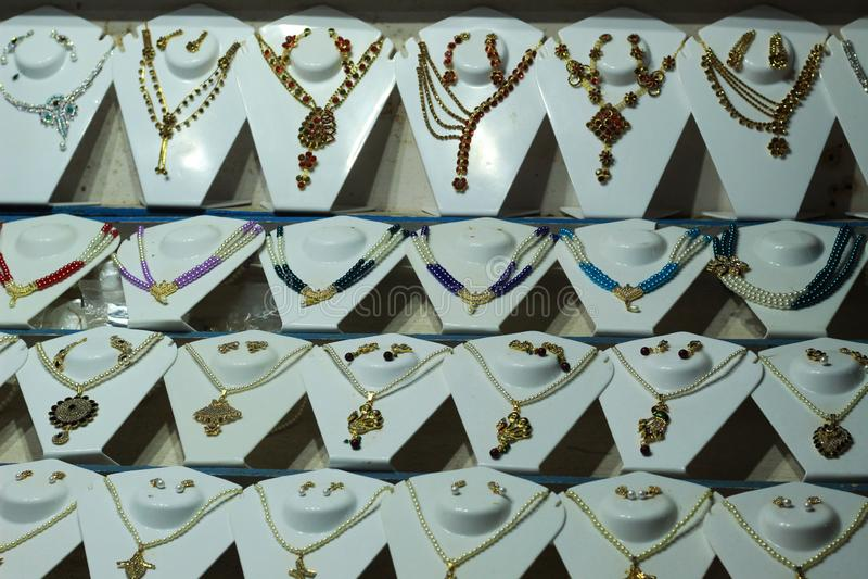 Fasonuje imitacji jewellery neckless perl w sklepie zdjęcia royalty free