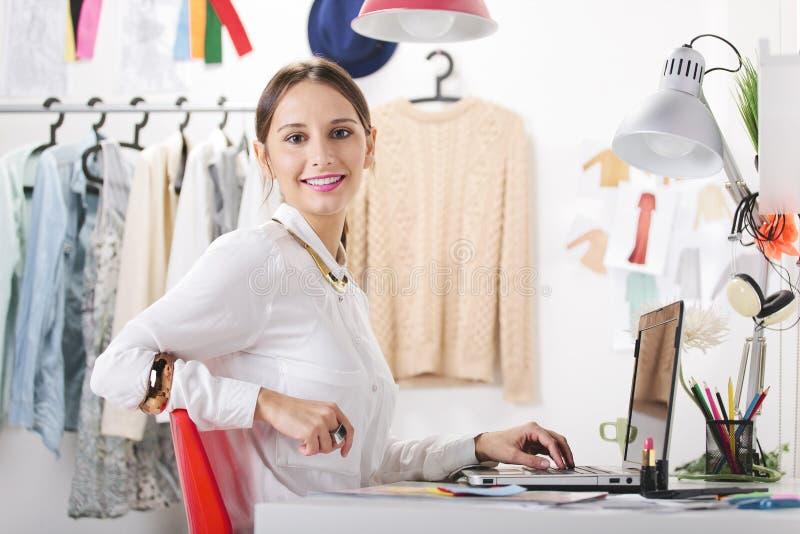 Fasonuje kobiety blogger pracuje w kreatywnie workspace. fotografia royalty free