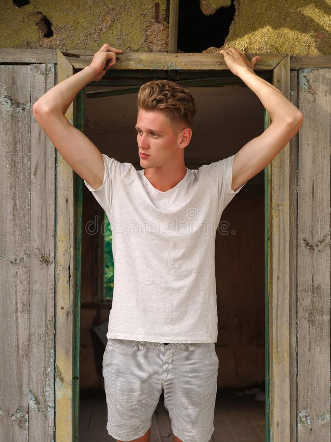 Fasonuje mężczyzna patrzeje odległość w białej koszulce obrazy royalty free