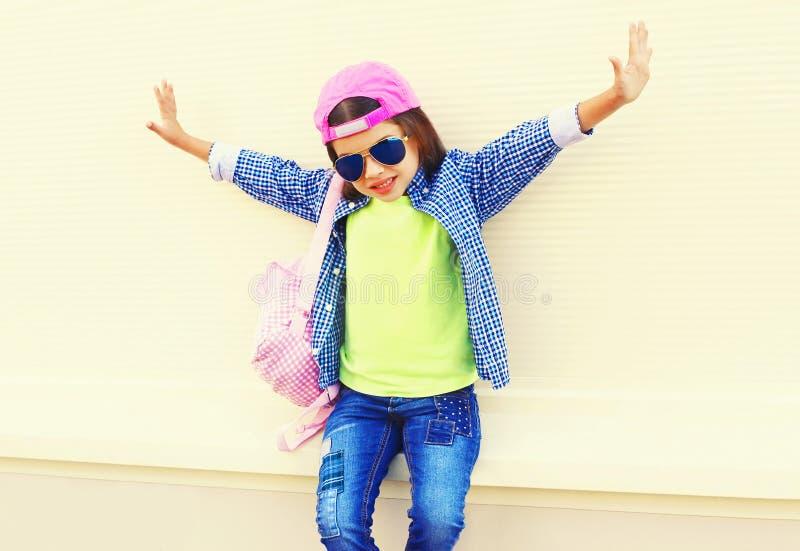Fasonuje małej dziewczynki dziecka w baseball nakrętce ma zabawę w mieście na bielu zdjęcia royalty free