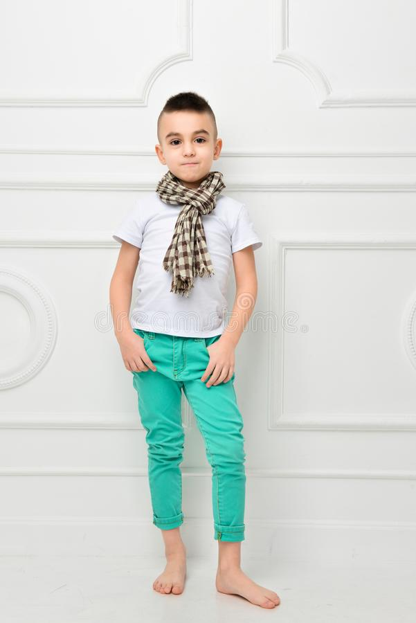 Fasonuje pięknej chłopiec w jaskrawy szalik, spodniach i koszulka i fotografia royalty free