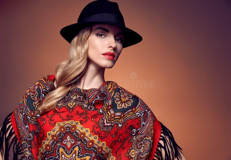 Fasonuje piękno kobiety w eleganckiej kapeluszowej chuscie, jesień obraz stock