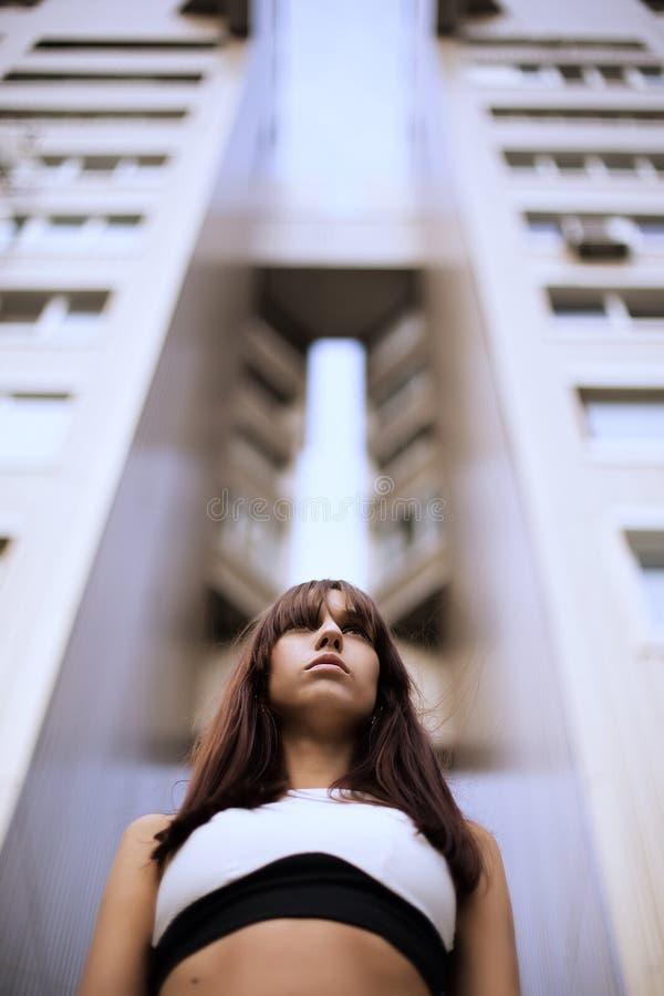 Fasonuje plenerowego portret elegancka brunetki kobieta na ulicie fotografia royalty free