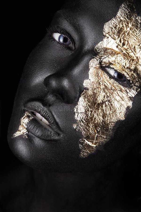 Fasonuje portret ciemnoskóra dziewczyna z złotem obrazy royalty free