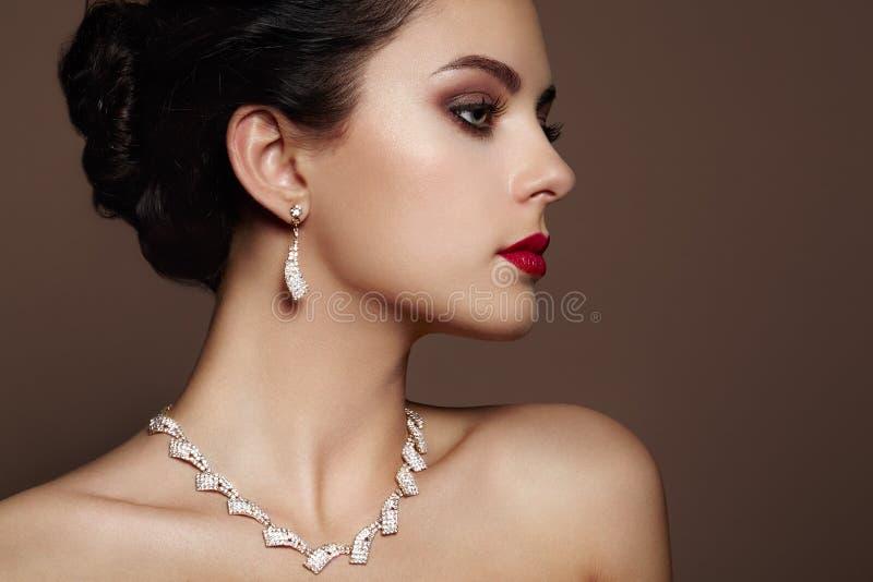 Fasonuje portret młoda piękna kobieta z biżuterią obraz stock