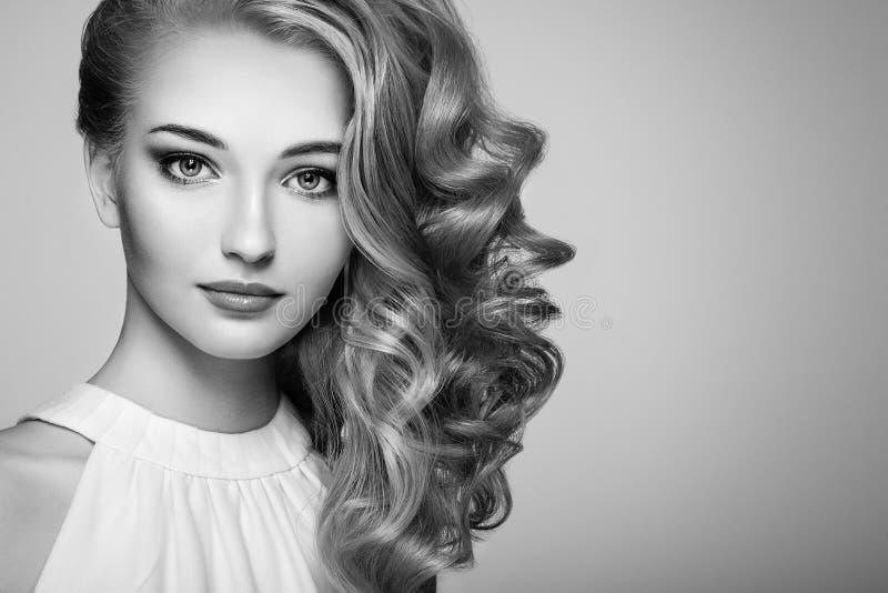 Fasonuje portret młoda piękna kobieta z elegancką fryzurą zdjęcia royalty free