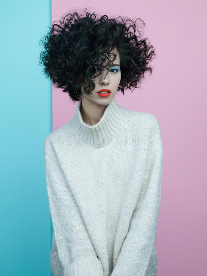 Fasonuje portret piękna azjatykcia kobieta w ogromnym pulowerze zdjęcie stock