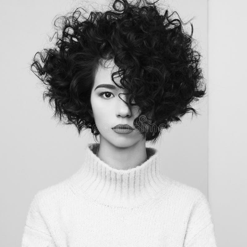 Fasonuje portret piękna azjatykcia kobieta w ogromnym pulowerze zdjęcia royalty free