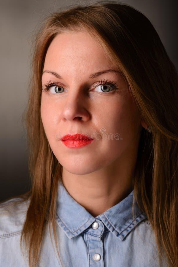 Fasonuje portret piękna blond kobieta w cajgach zdjęcie stock