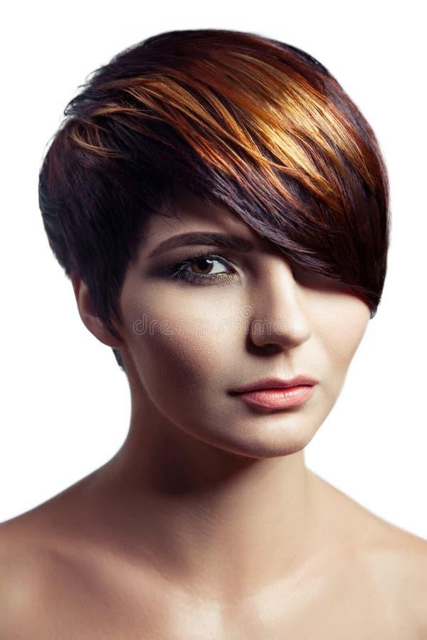 Fasonuje portret piękna dziewczyna z barwionym farbującym włosy, fachowa krótka włosiana kolorystyka fotografia royalty free