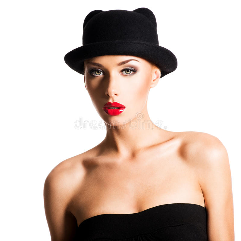 Fasonuje portret piękna młoda dziewczyna jest ubranym czarnego kapelusz zdjęcia stock