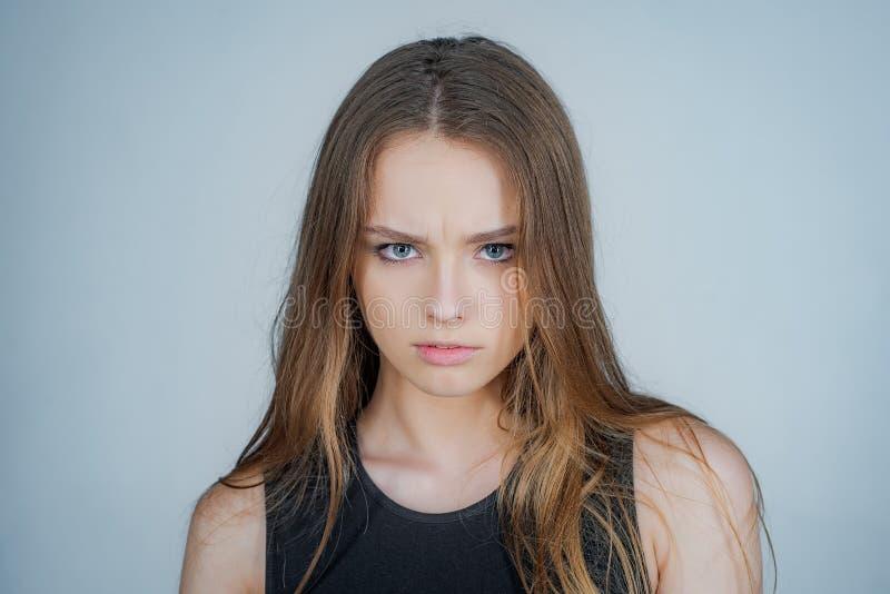 Fasonuje portret piękna młoda kobieta pozuje nad białym tłem w g?r? kobiet potomstw pi?kny zamkni?ty portret fotografia royalty free