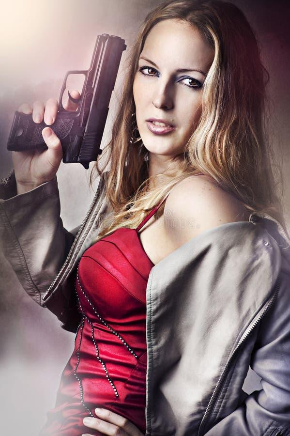 Fasonuje portret seksowny kobiety mienia pistolet obrazy stock