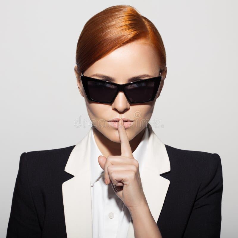 Fasonuje portret ubierającego jako tajny agent poważna kobieta obrazy royalty free