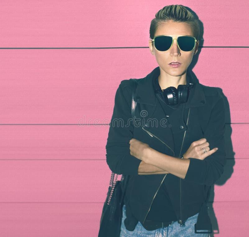 Fasonuje splendor dziewczyny na różowej tło ścianie obraz stock