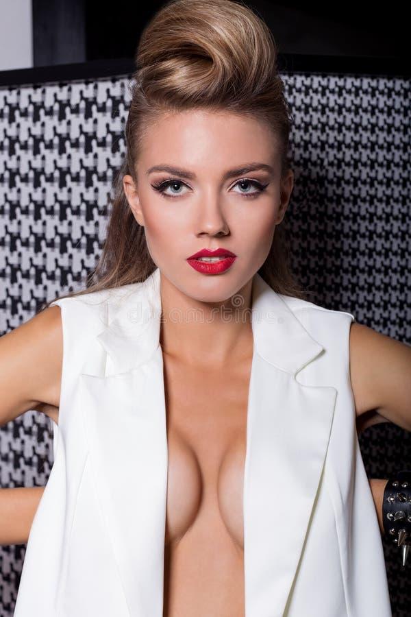 Fasonuje studio strzelającego piękne seksowne dziewczyny z wysoką retro fryzurą i jaskrawym makeup w studiu dla katalog odzieży zdjęcia stock