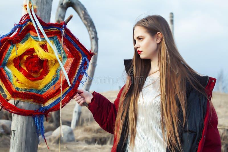 Fasonuje styl ubierającej dziewczyny z dreamcatcher outside w polu, robi guślarstwo rytuałowi przy Halloween zdjęcie royalty free