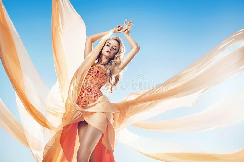 Fasonuje stylową fotografię piękna blond kobieta fotografia royalty free