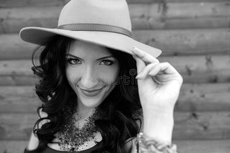 Fasonuje stylowego portret młoda modna dziewczyna z białym kapeluszem obraz royalty free