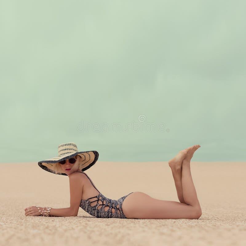 Fasonuje Wspaniałej damy na wakacje przy plażą zdjęcia stock