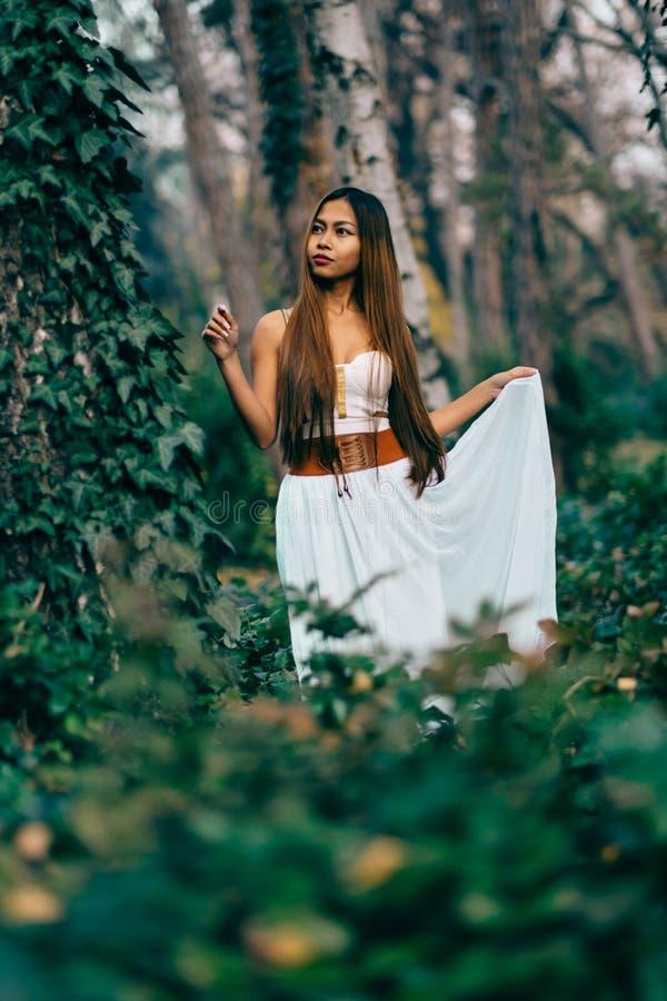 Fasonuje wspaniałej młodej kobiety w pięknej biel sukni w baśniowej lasowej magicznej atmosferze obraz stock