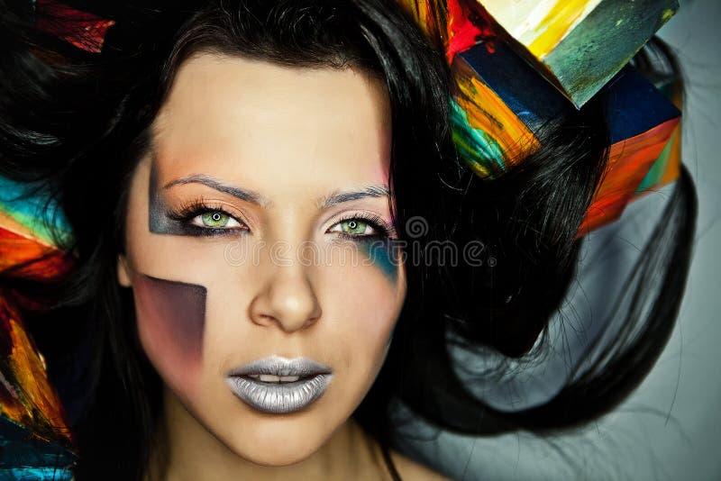 Fasonuje zakończenie portret piękna młoda dziewczyna z sześcianami na głowie. zdjęcia stock