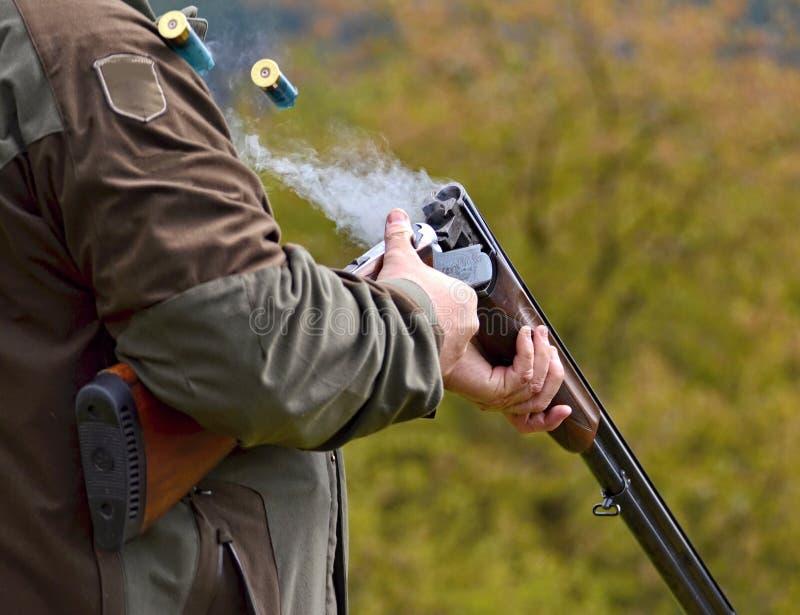 Fass, das nach einer Explosion raucht lizenzfreies stockfoto