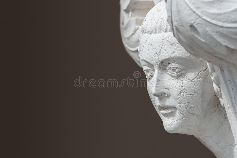 Fassade antike Skulptur der schönen venezianischen Frau als Dekoration des Doge Palace in Venedig, Italien stockbild