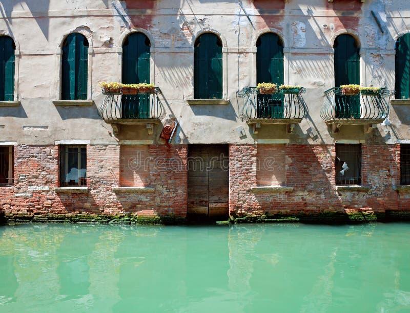 Fassade av det gamla venetian husanseendet i vatten italy venice royaltyfria bilder