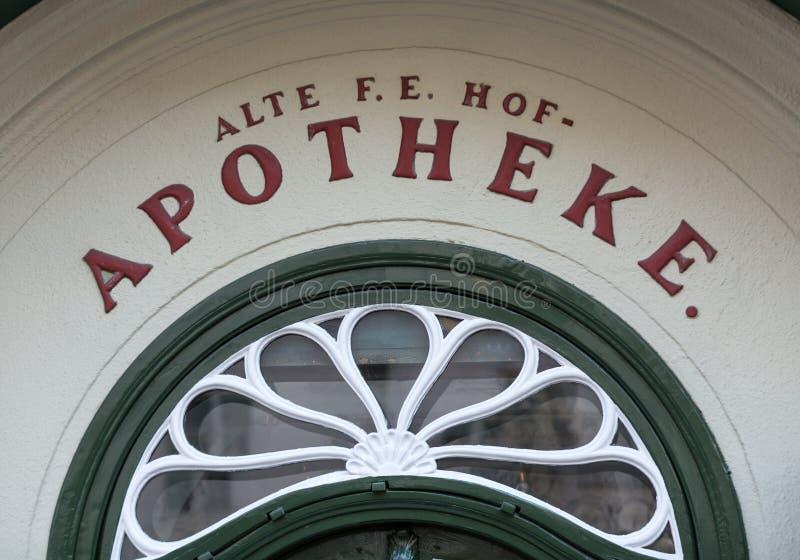 Fassade der ältesten Apotheke, gelegen auf Alter Markt Quadrat, historische Mitte der Stadt Salzburg, lizenzfreie stockbilder
