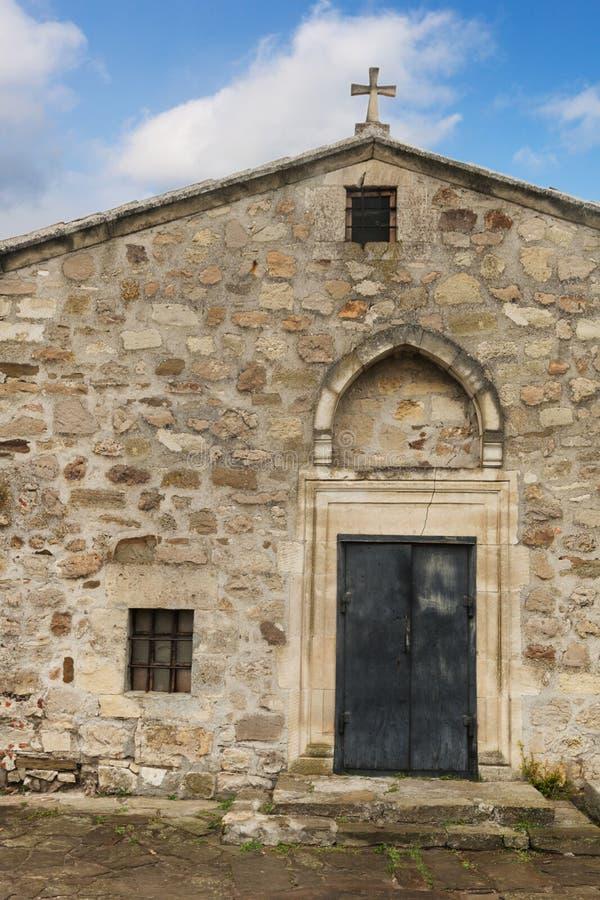 Fassade der alten Kirche stockbild