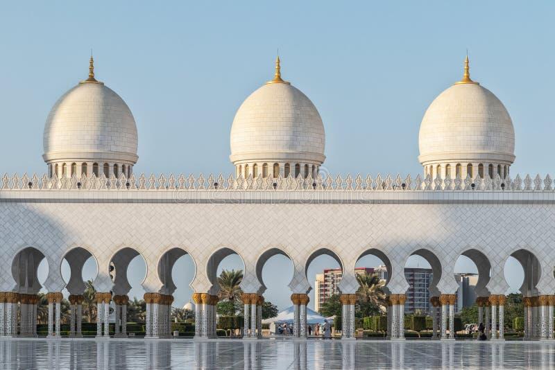 Fassade der arabischen Moschee mit dem süßen Licht des Sonnenuntergangs UAE Abu Dhabi stockfotografie