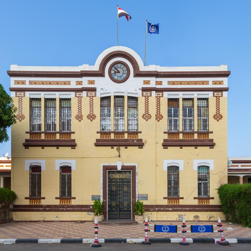 Fassade der Finanz- Angelegenheits-Abteilung von Suezkanal-Berechtigung mit den gelben Ziegelsteinen gelegen in Port-Fuad, Kairo, stockbilder