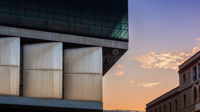 Fassade des Akropolismuseums Akropolis reserch Mitte gegenüberstellend, die überraschenden Sonnenuntergang widerspiegelt lizenzfreie stockfotos
