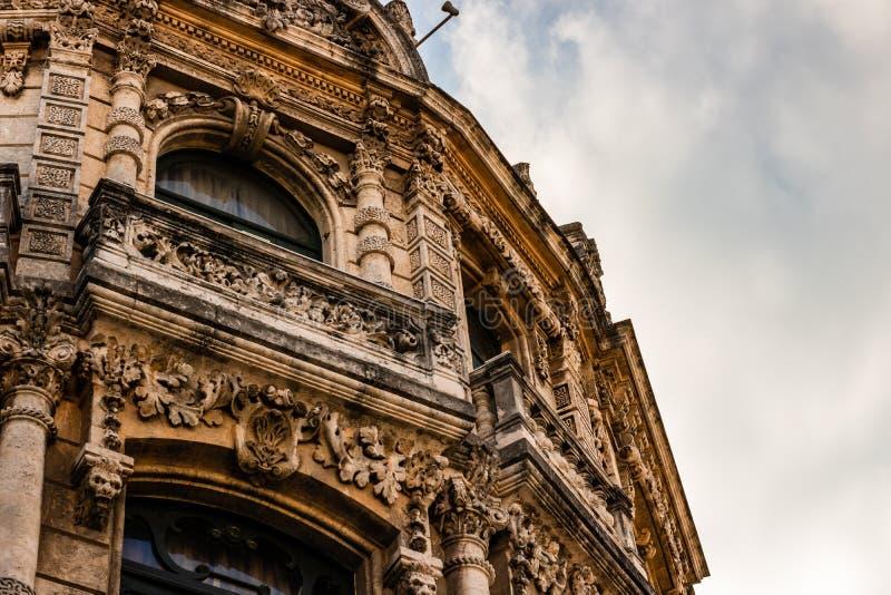 Fassade des alten Kolonialgebäudes vom zentralen Platz in Havana, Kuba lizenzfreies stockbild