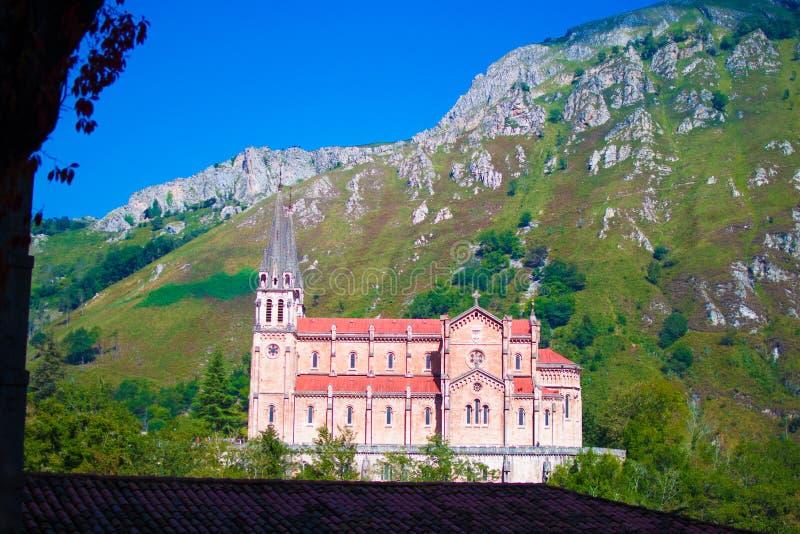 Fassade des Basilikades Santa Maria la Real de Covadonga oder Basilika von Covadonga in Cangas de Onis, Asturien, Spanien popul?r stockfotografie