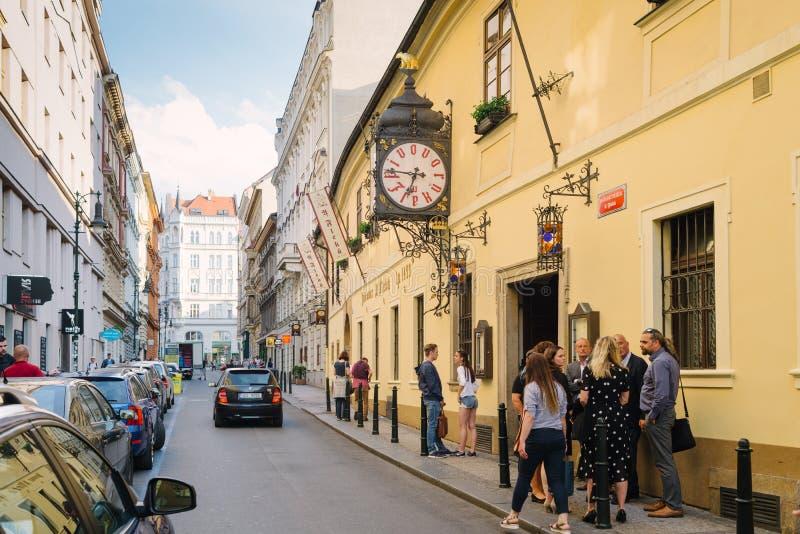 Fassade des Gebäudes und der Uhr der berühmten und alten Brauerei U Fleku lizenzfreie stockfotos