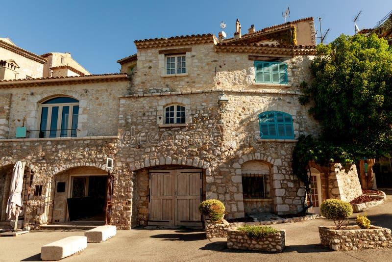 Fassade des Luxussteingebäudes an der alten europäischen Stadt, Antibes, Frankreich stockbilder