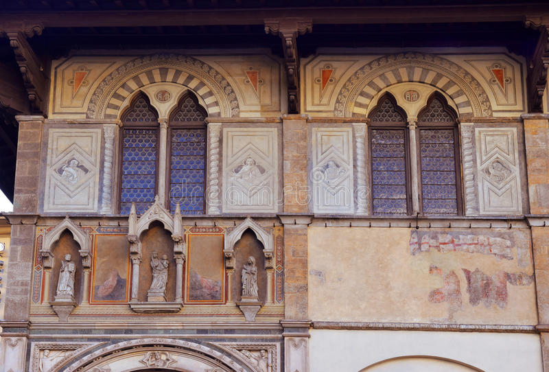 Fassade des mittelalterlichen palazzo, verziert mit Freskos in Florenz stockfotos