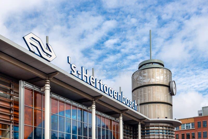 Fassade des niederländischen Bahnhofs Den Bosch, die Niederlande lizenzfreie stockfotografie