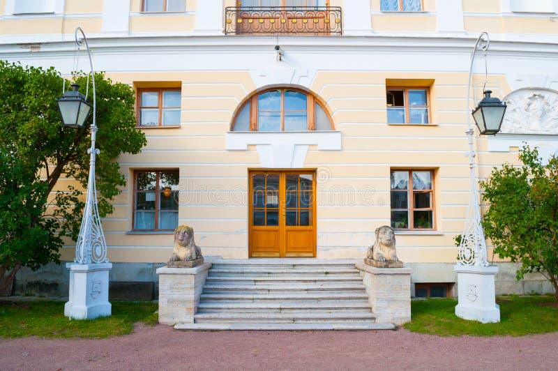 Fassade des Pavlovsk-Palastes und der Skulpturen der L?wen auf einem Sockel am Eingang Pavlovsk, Russland stockfotos