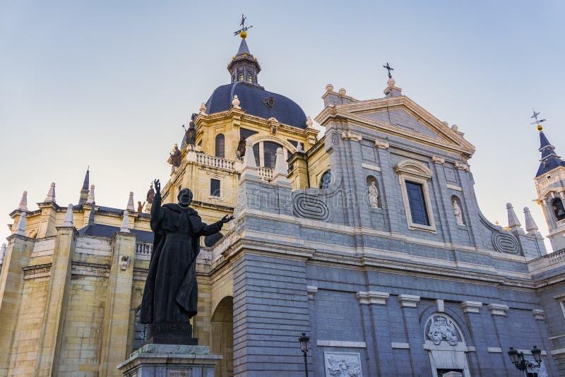 Fassade Des Santa Maria La Real de La Almudena Madrids, Spanien Catedral stockfotos