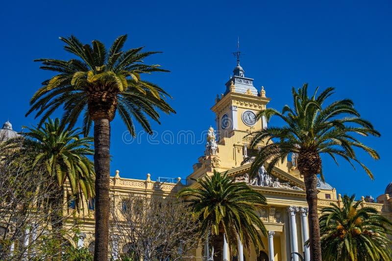 Fassade des Stadtrates in Màlaga mit Palmen, Spanien Dieses Gebäude, 1919 errichtet, wird seit 2010 als Teil des Erbes von aufgel lizenzfreies stockfoto