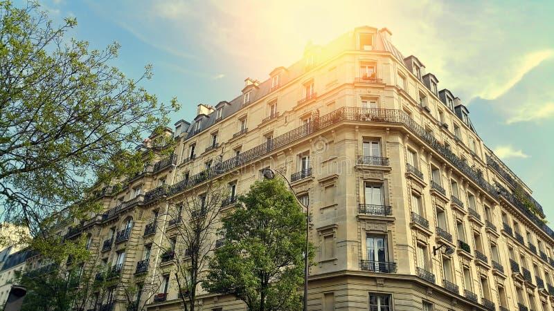 Fassade des typischen Geb?udes mit Dachboden in Paris lizenzfreie stockfotografie