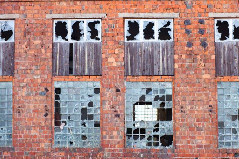 Fassade des zerstörten Gebäudes stockbilder